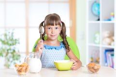 Kind, das zu Hause gesundes Lebensmittel isst Lizenzfreie Stockfotos