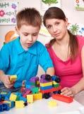 Kind, das zu Hause lego Block mit Mutter spielt. Lizenzfreie Stockbilder