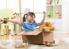 Kind, das zu Hause mit flachem Spielzeug spielt Reise-, Freiheits- und Fantasiekonzept stockfoto