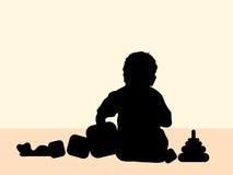 Kind, das zu Hause mit Spielwaren spielt Stockbilder