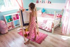 Kind, das zu Hause spielt Lizenzfreie Stockbilder