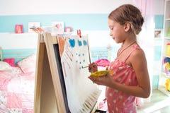 Kind, das zu Hause spielt Stockbilder