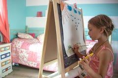 Kind, das zu Hause spielt Lizenzfreies Stockbild