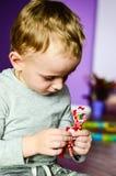 Kind, das zu Hause spielt Stockfotografie