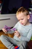Kind, das zu Hause spielt Lizenzfreie Stockfotos