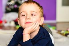 Kind, das zu Hause spielt Stockfoto