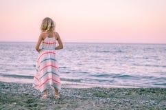 Kind, das zum Meer schaut Stockfotografie