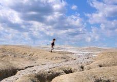 Kind, das zwischen Erde und Himmel läuft Stockfotos