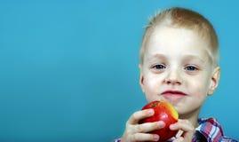 Kind dat Appel eet weinig jongen die met eetlust een grote appel eten Gezond voedsel voor kinderen royalty-vrije stock foto's