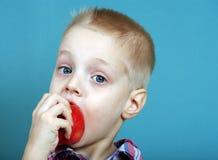 Kind dat Appel eet weinig jongen die met eetlust een grote appel eten Gezond voedsel voor kinderen stock foto