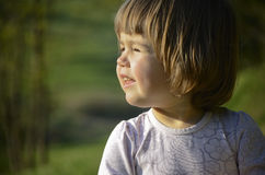 Kind dat bij de zon knippert royalty-vrije stock foto