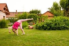 Kind dat cartwheel doet royalty-vrije stock afbeeldingen