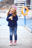 Kind dat in de stad loopt Royalty-vrije Stock Afbeeldingen