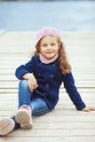 Kind dat in de stad loopt Stock Fotografie