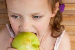 Kind dat een appel eet stock foto's