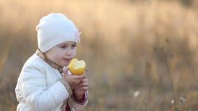 Kind dat een Appel eet stock footage