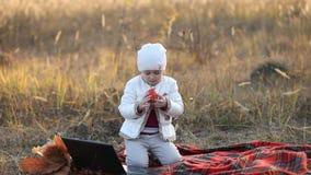 Kind dat een Appel eet stock video