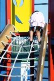 Kind dat een kabel beklimt stock fotografie