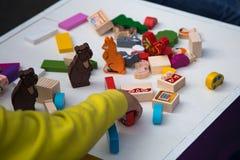 Kind dat een spel speelt stock afbeelding