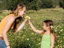 Kind dat gift van bloemen geeft Stock Foto's