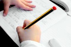 Kind dat het huiswerk doet royalty-vrije stock fotografie