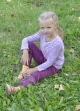 Kind dat in het park rust Royalty-vrije Stock Afbeelding