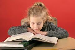 Kind dat hoofd neer bestudeert Royalty-vrije Stock Foto's