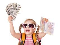 Kind dat internationaal paspoort en geld houdt. stock fotografie