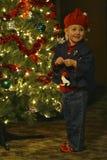 Kind dat Kerstboom verfraait Stock Afbeeldingen