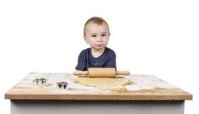 Kind dat koekjes maakt stock fotografie