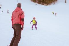 Kind dat leert te skien stock foto's