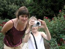 Kind dat met kleine camera ontspruit stock foto's