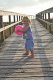 Kind dat naar strand gaat Stock Foto