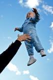 Kind dat omhoog in de lucht wordt geworpen stock afbeelding