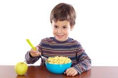 Kind dat ontbijt eet stock fotografie