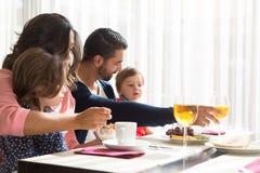 Kind dat ontbijt heeft Stock Foto
