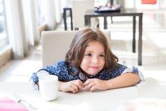 Kind dat ontbijt heeft Stock Afbeelding