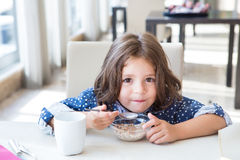 Kind dat ontbijt heeft Royalty-vrije Stock Foto