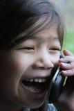 Kind dat op celtelefoon spreekt royalty-vrije stock foto's