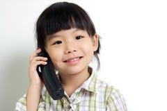 Kind dat op de telefoon spreekt Stock Foto