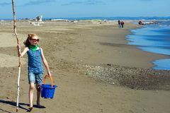 Kind dat op het strand loopt royalty-vrije stock fotografie