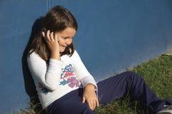 Kind dat op mobiele telefoon spreekt Stock Foto's