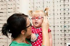 Kind dat op oogglazen probeert stock fotografie