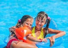Kind dat op opblaasbare strandmatras zwemt Stock Foto's