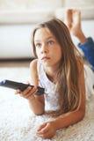 Kind dat op TV let Royalty-vrije Stock Afbeelding