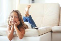 Kind dat op TV let Stock Fotografie