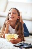 Kind dat op TV let Stock Afbeeldingen