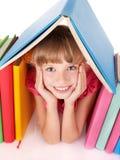 Kind dat open boek op lijst leest. Stock Afbeelding