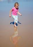 Kind dat overzeese shells zoekt Stock Fotografie