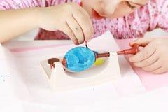 Kind dat Paaseieren schildert Royalty-vrije Stock Afbeeldingen